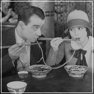 Stel dat samen spaghetti eet, oude foto