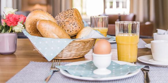 Tafel met sapjes en broodjes, ontbijt