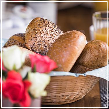 Ontbijtmandje met verschillende broodjes