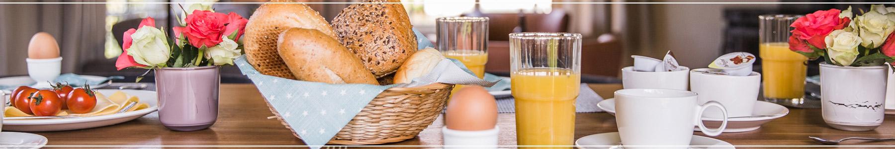 Sliderafbeelding waarop een tafel te zien is waar ontbeten wordt