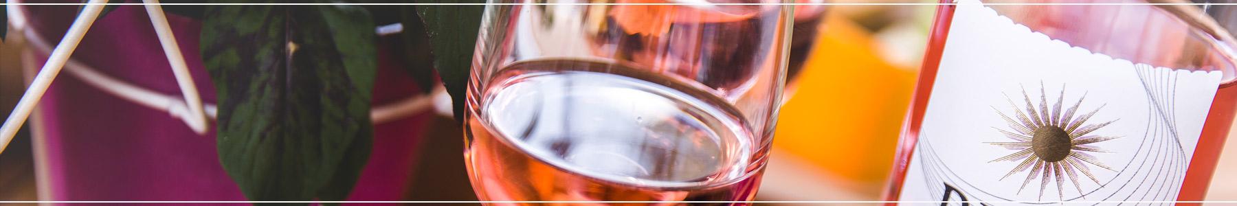 Slider van een glas rose wijn