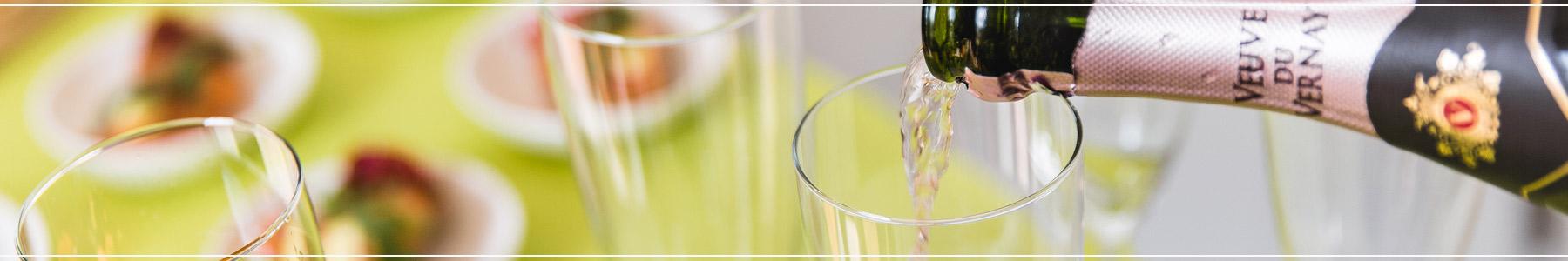 Sliderafbeelding waar glazen ingeschonken worden met champagne